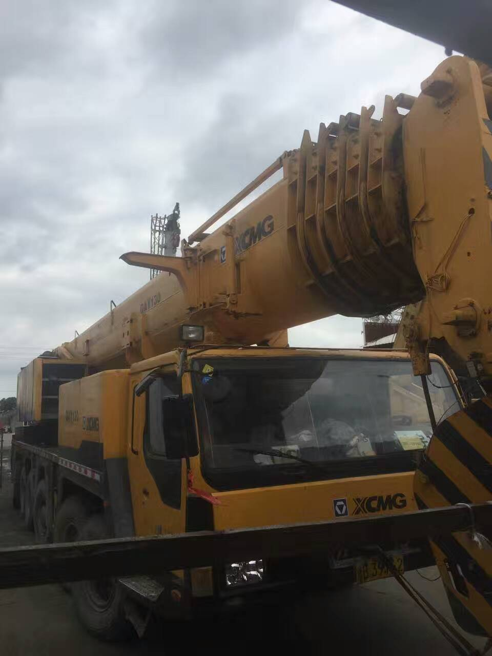 Used 130 ton XCMG truck mounted crane powerful and nice performance hydraulic lifting machine sale