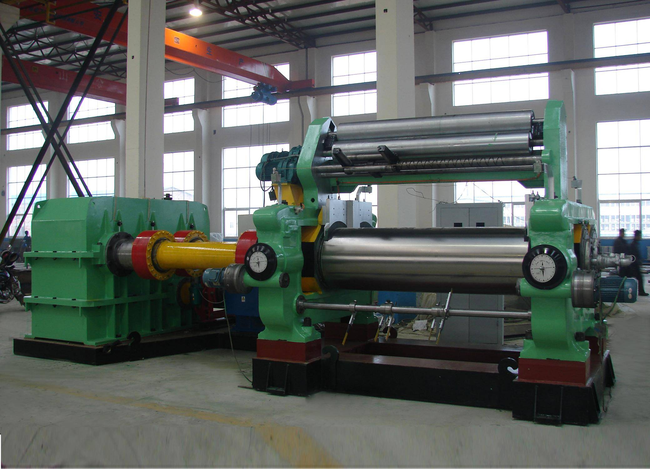 Rubber mixing mill with automatic blender