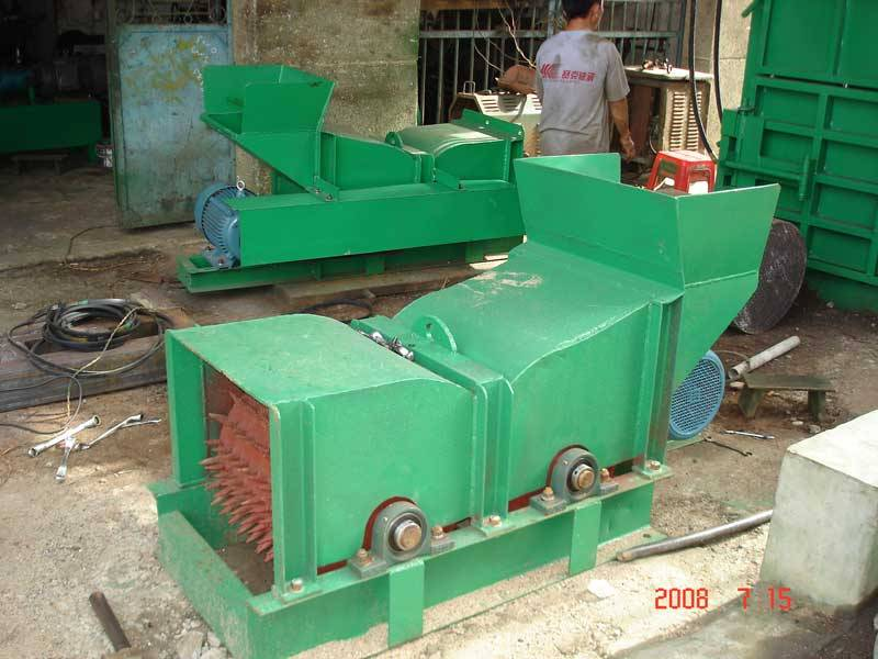 Husk rolling machine (coconut fiber machine).
