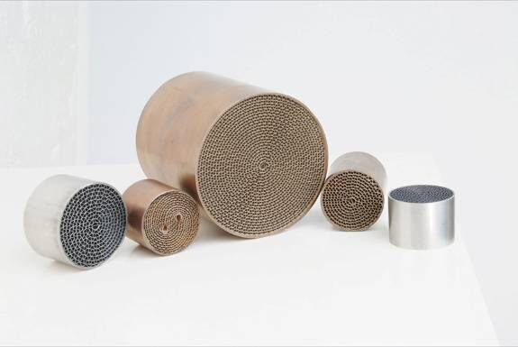 Metallic honeycomb substrate for catalytic conterver