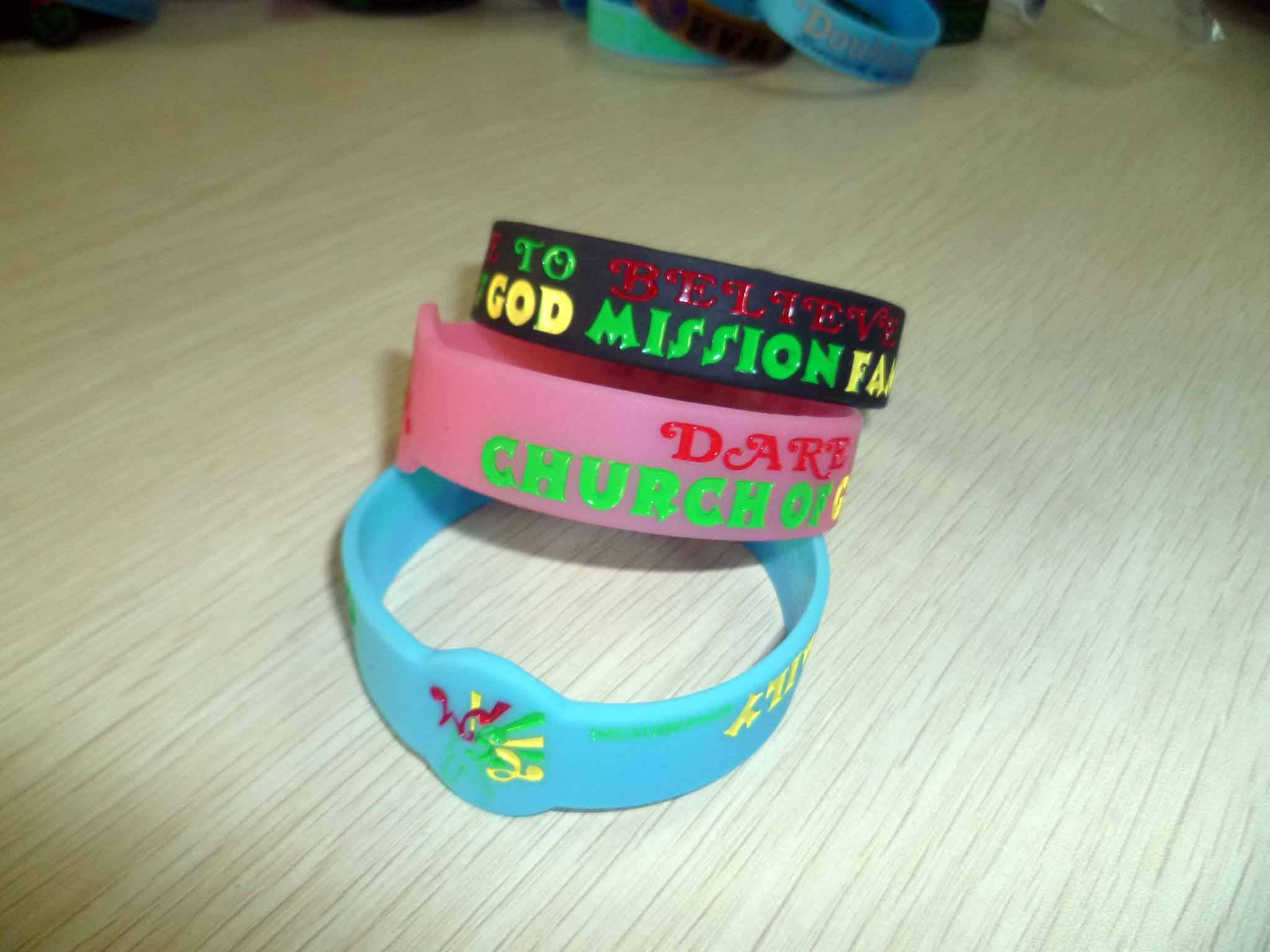 custom texts & logo silicone wristband for promotion gifts color filled debossed bracelet glow at ni