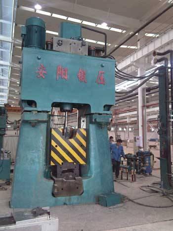 Fully hydraulic forging hammer