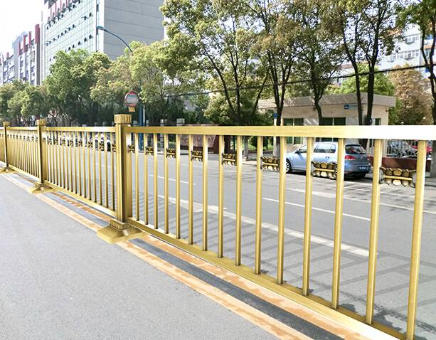 Counter-terrorism fence for road isolation