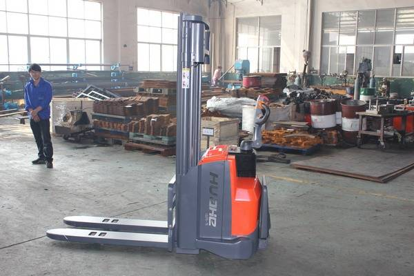 Electric pallet stracker