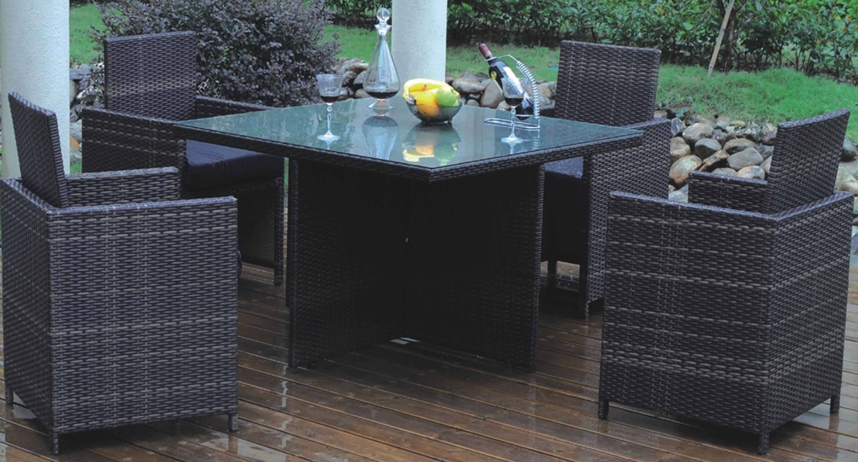 Outdoor rattan dining set with all-aluminum frame construction
