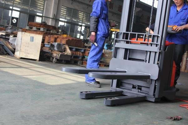 1.4-1.6T Electrick pallet stacker (details)