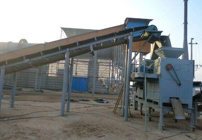 How to feeding during briquette machine working process?
