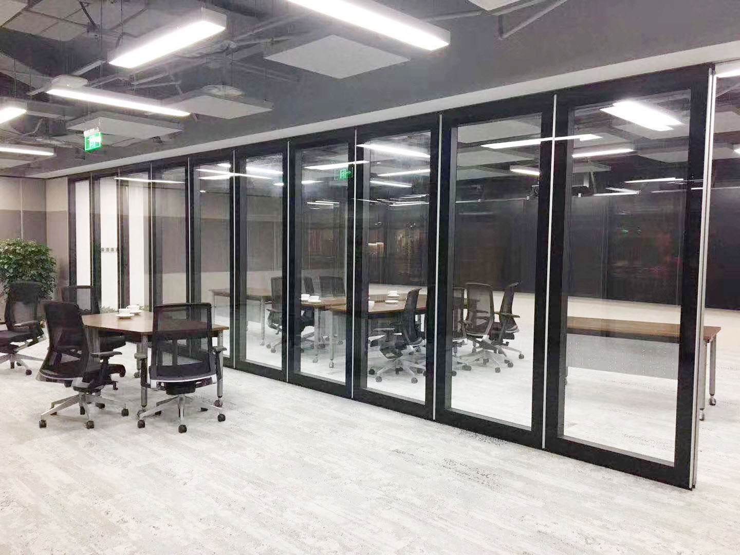 Aluminum Alloy Frame Movable Walls Tempered Glass Surface Telescopic Office Partition