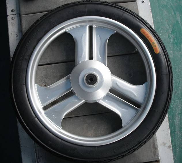 Wheel and tire of tricycle