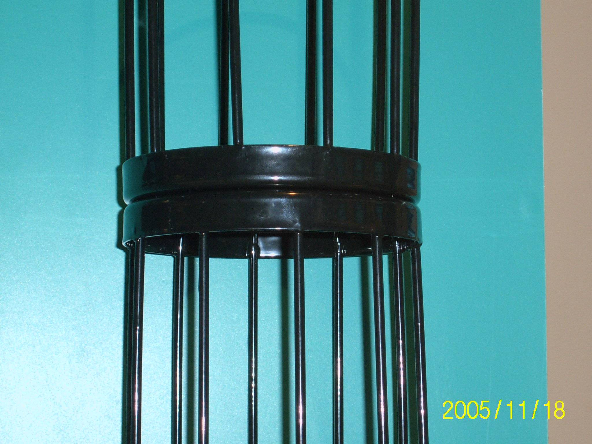 Rotating connection of filter bag cage