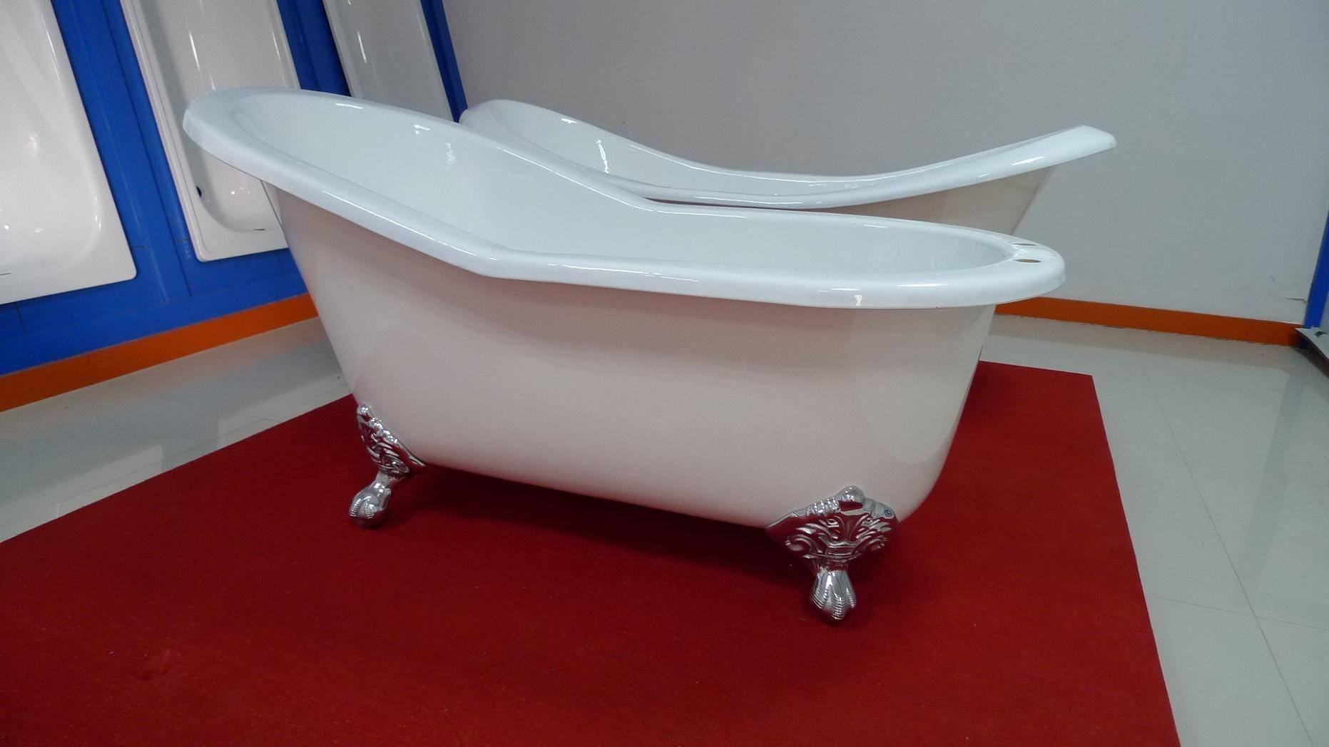Clawfoot ast iron enamel bathtub