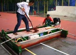 Paving machine for running track and rubber surface