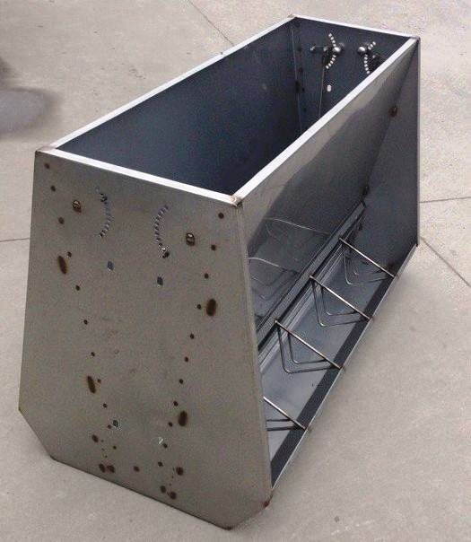 Double sided pig feeder