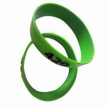 sell embossed silicone bracelet/wristband