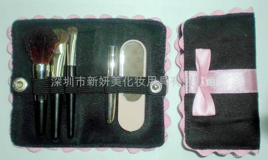 Mini gift travel brush set