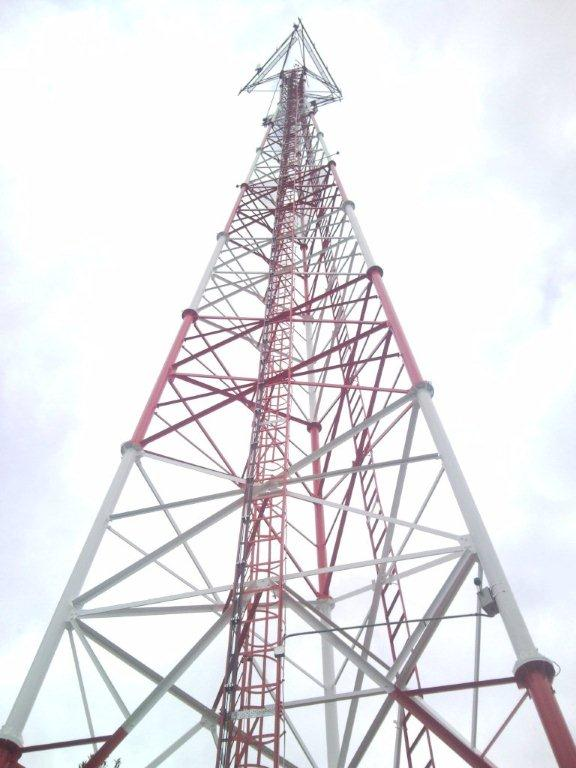 Customized 20-60m high triangular lattice steel telecom tower with platforms and ladder system