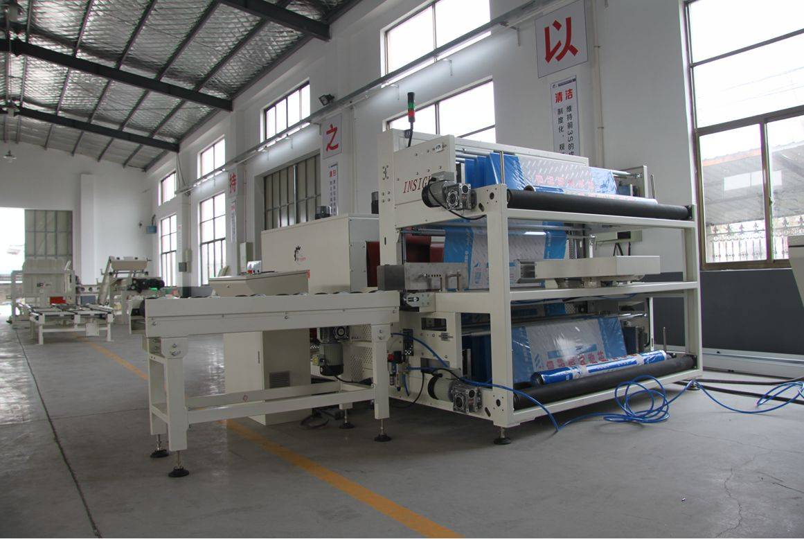 Sleeve type shrink packing machine for waterproofing roll