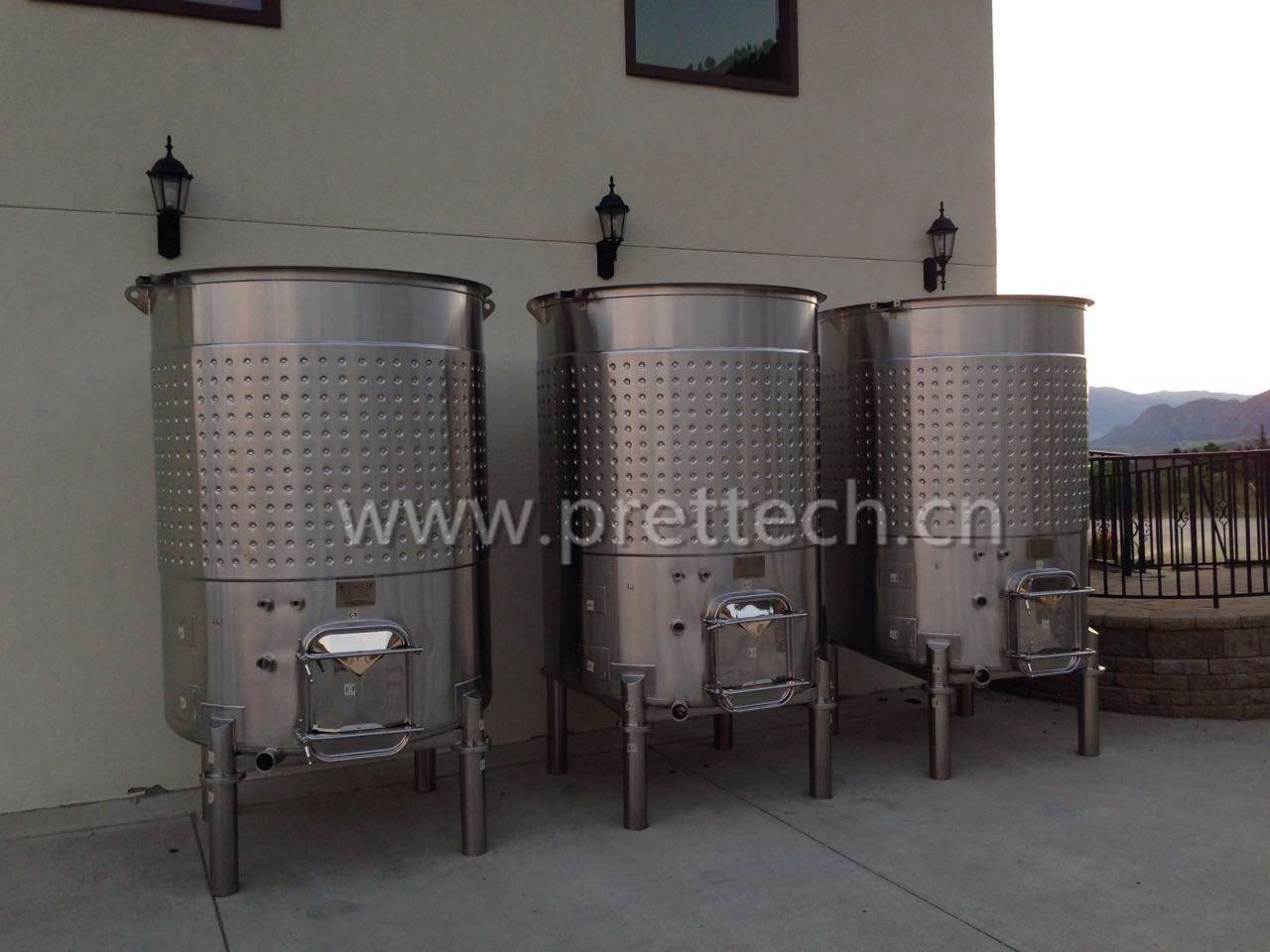 Cooling jacketed wine fermentation tank for sale