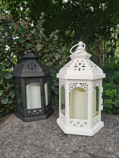 WHITE/BLACK METAL LANTERN WITH PLASTIC CANDLE, YELLOW FILCKER, ON/OFF SWITCH, POWERED BY 3XAAA
