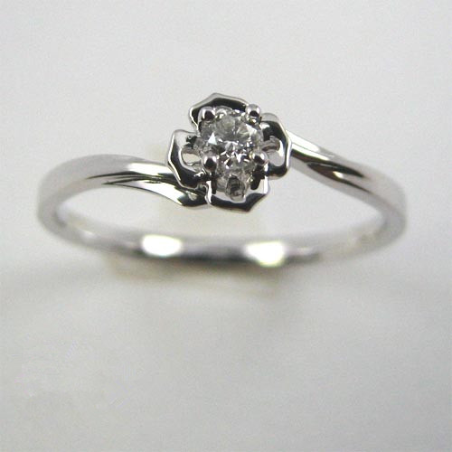 Golden ring with a large size loose diamond and great design