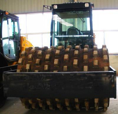 Hydraulic double drive single drum vibratory rollers with hug