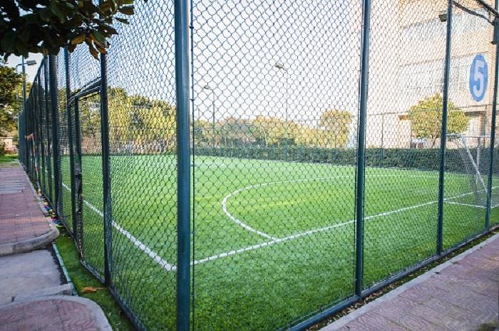 Fencing net for soccer field