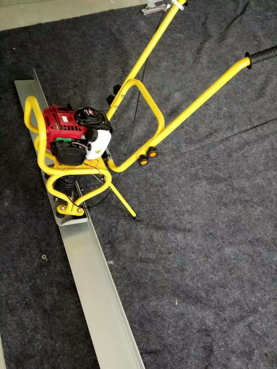 Cement pavement concrete vibratory leveling feet