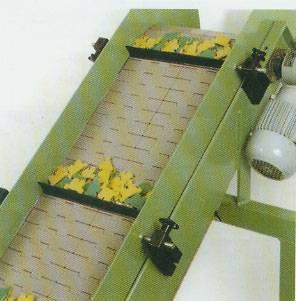 Declined slat conveyor