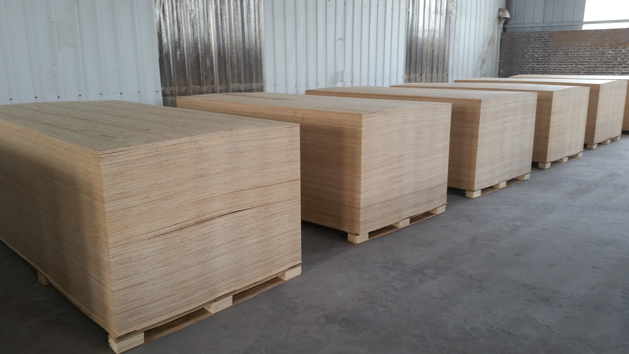 High Quality Embossed Larch Plywood
