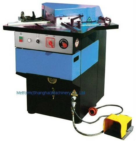 Hydraulic corner notcher for aluminum plate sheet manufacture