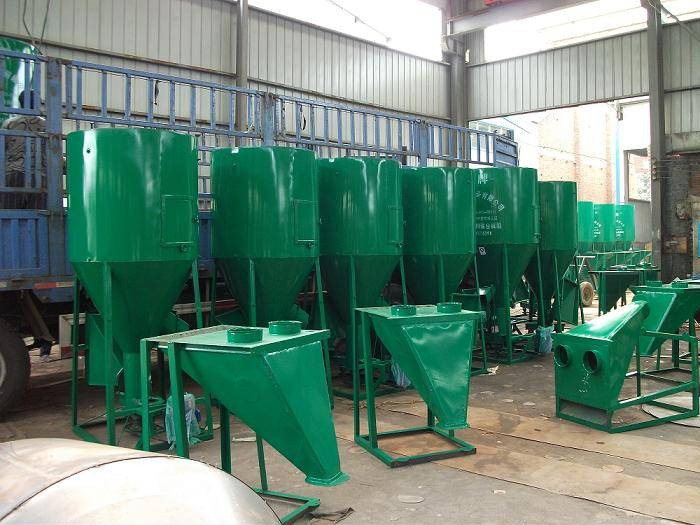 vertical feed mixing machine with compact structure