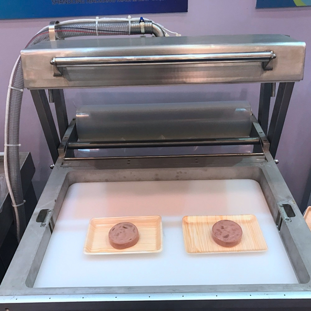 Skin fitted vacuum packing machine