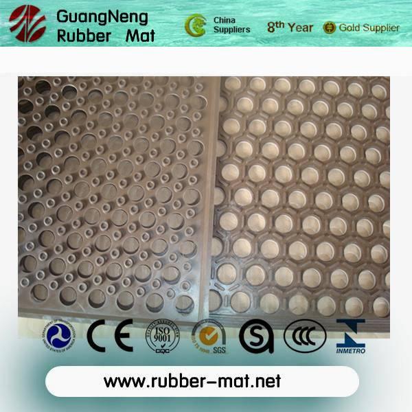 Anti-slip rubber flooring mat with disc