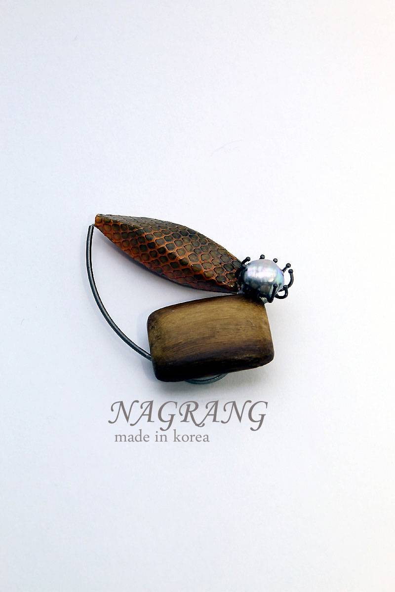 NAGRANG Wood material brooch with necklace, two way jewelry