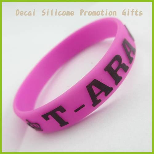 2012 fashionable customized design silicone wristband