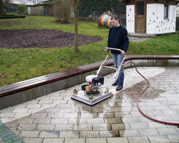 Paver cleaning machine