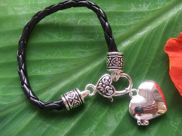 leather bracelet w/heart charm
