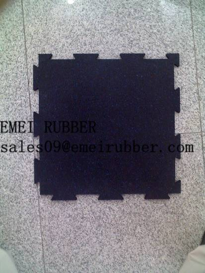 Interlocking recycled rubber flooring tile