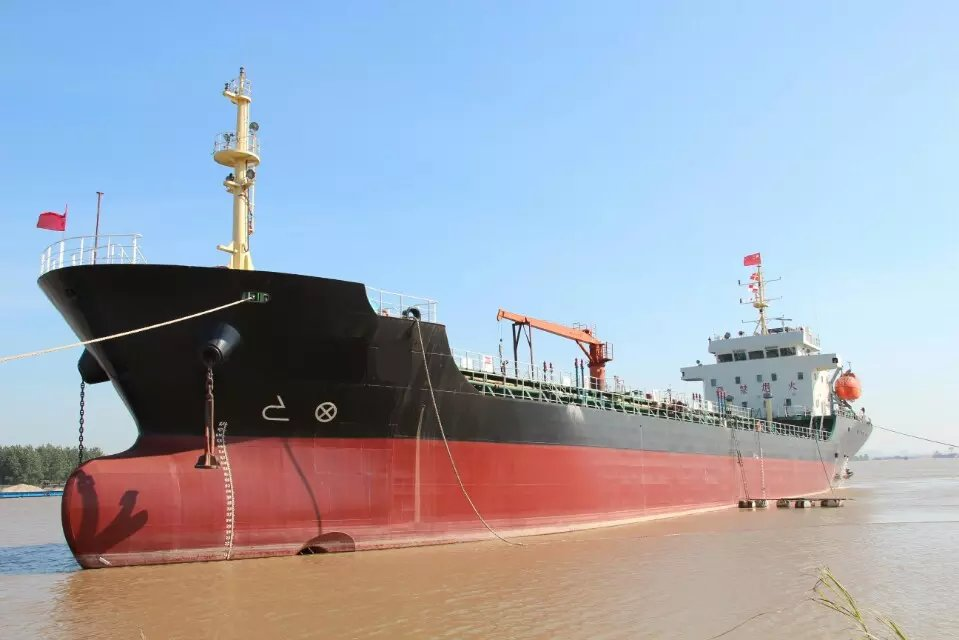 Shipyard build new oil tanker barge