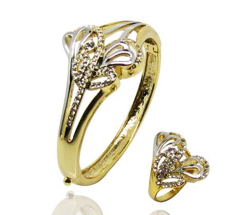 Wholesale Luxury royal style noble bangle with moonlight crystal in middle & delicate flower pattern