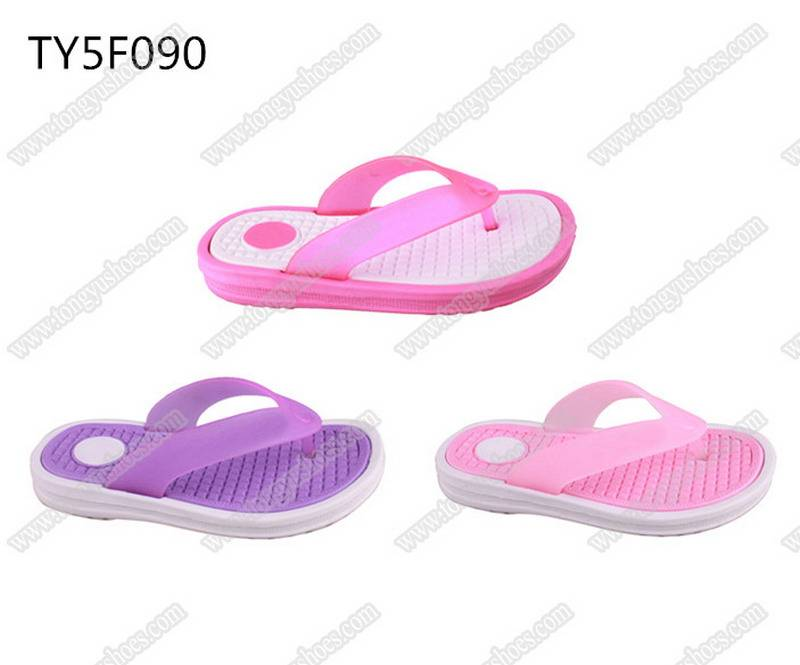 china wholesale brand name pvc upper soft sole beach slippers for kids