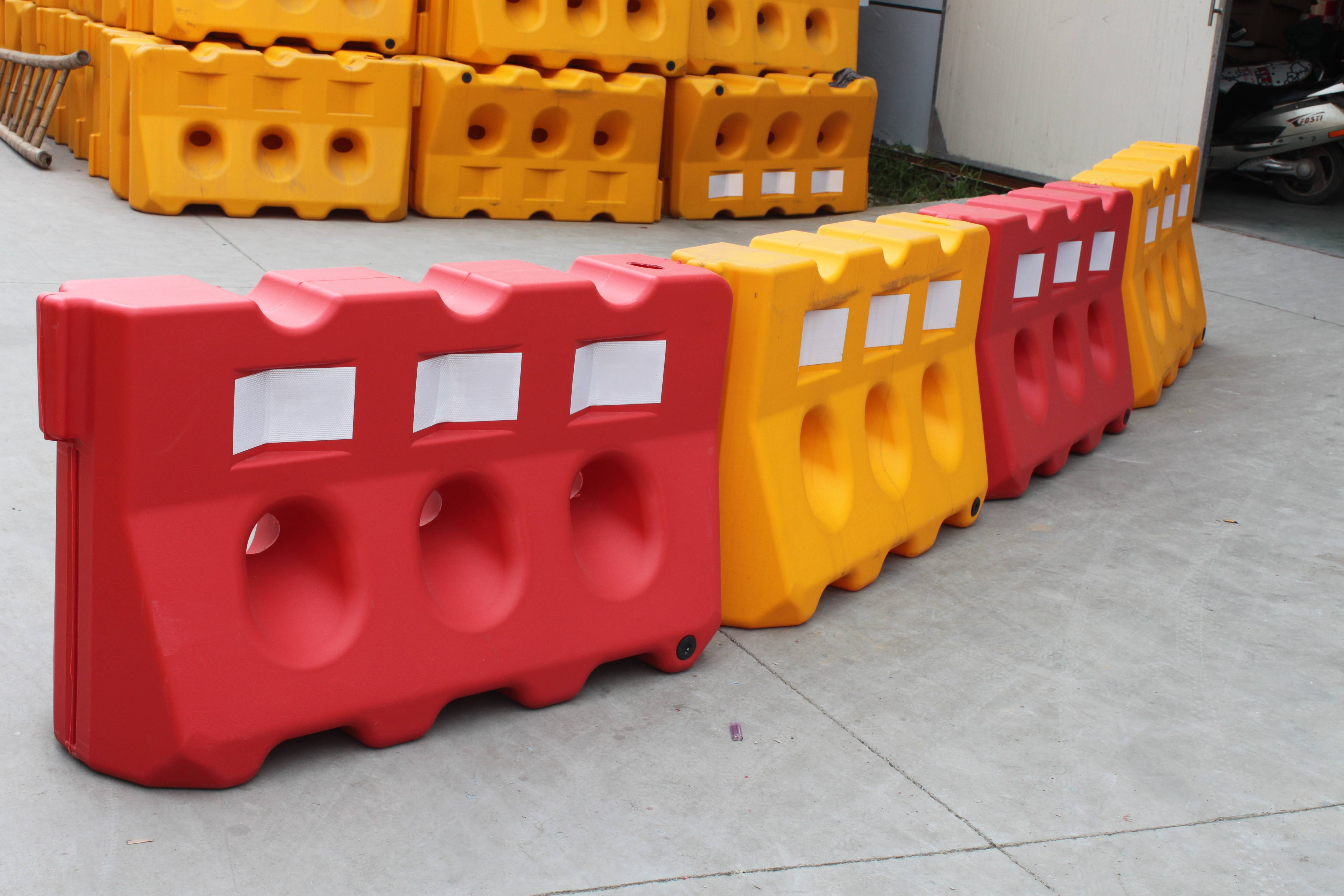 Factory Price Hot sale Plastic Barriers Road Safety Stackable Road Barricades.