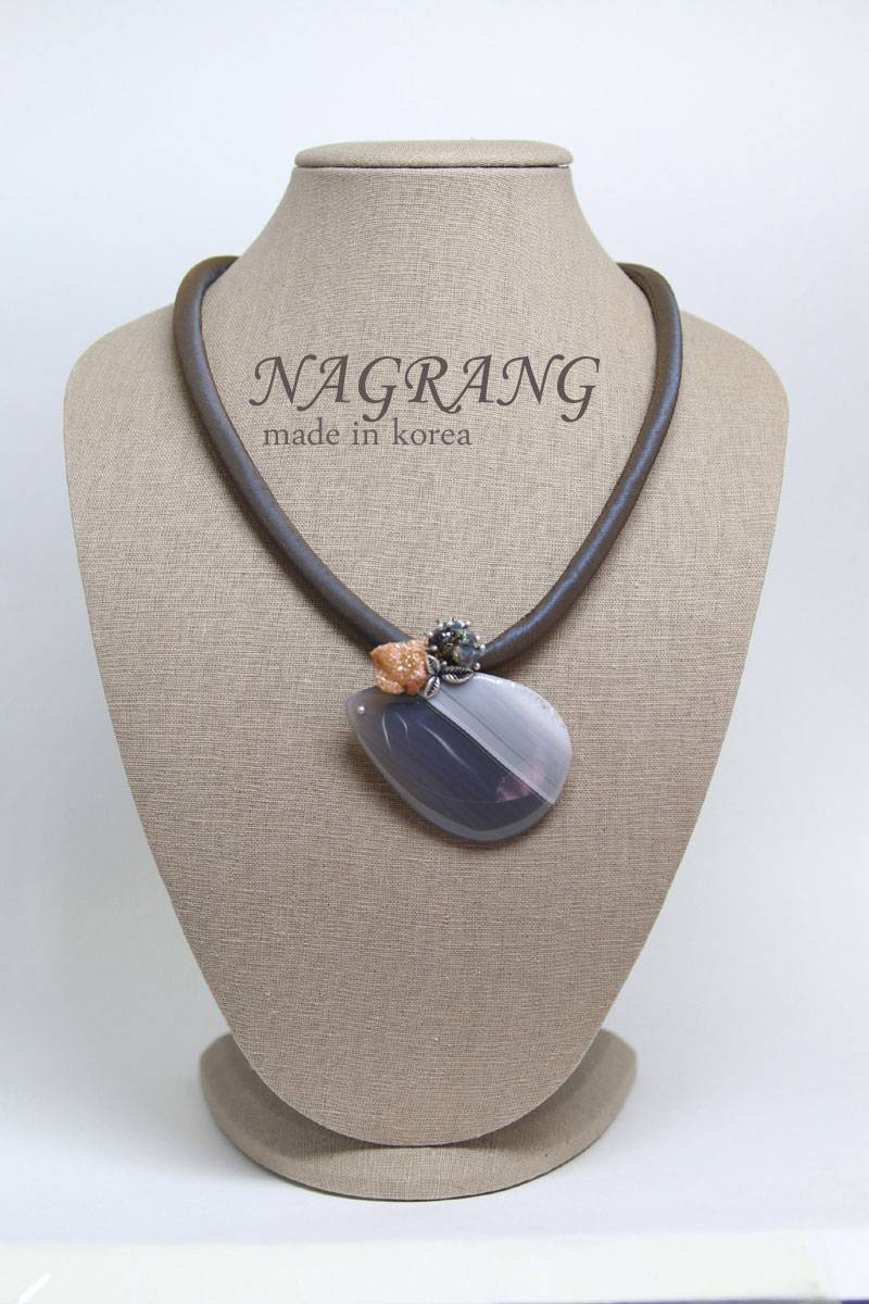 Grey striped pattern agate brooch with necklace