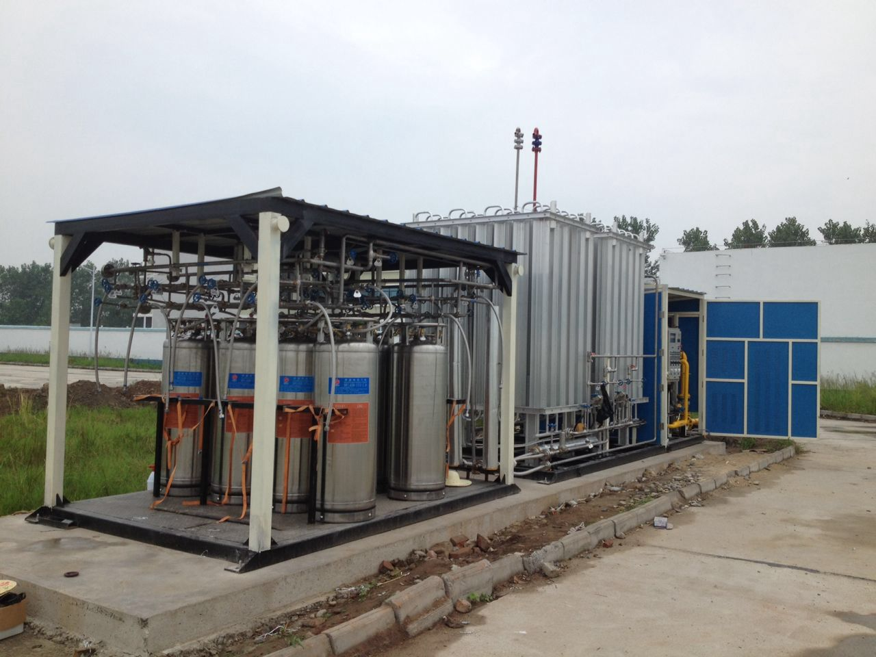 retail mini-liquefaction plant and LNG filling without power skid-mounted devices.