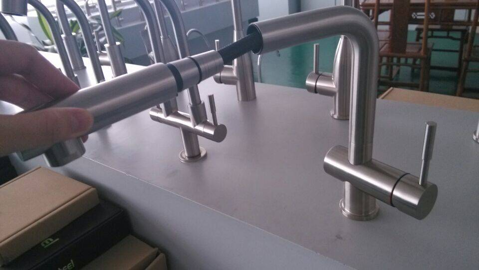 Cold and hot water kitchen faucet(pull-out)