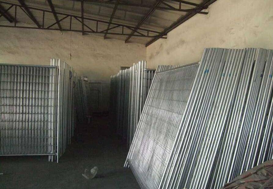 Hot dipped galvanized 2400x2100mm temporary fence with concrete block and clamps for Australia