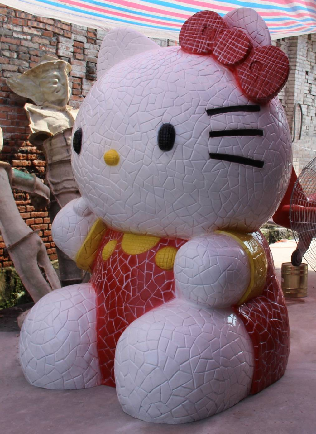 Newly made fiberglass hello kitty sculpture for park decoration