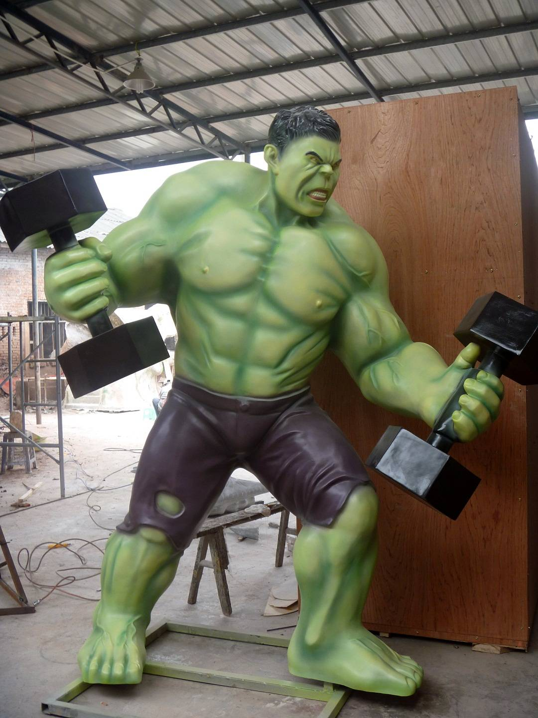 Life size movie character of hulk statue for amusement park decoration