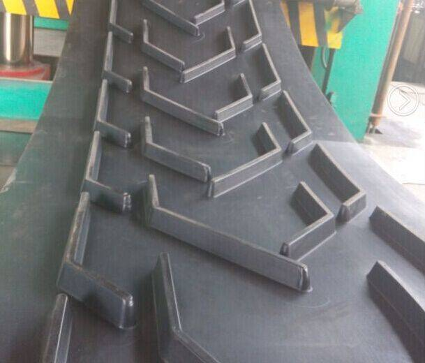 Rubber patterned conveyor belt for stone crusher