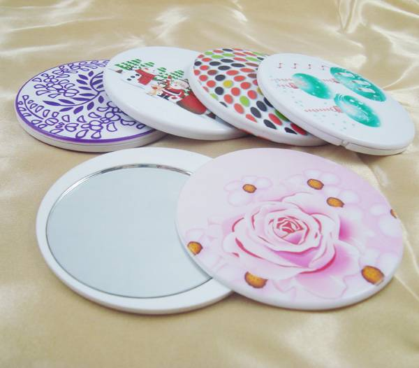 Round plastic pocket makeup mirror with revolving cover